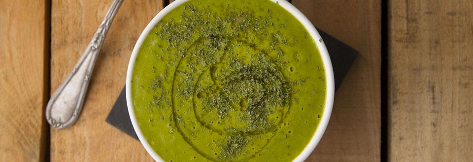 Crema intensamente verde de brócoli y espinacas